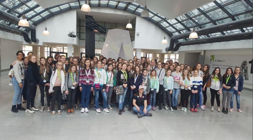 Gruppenfoto Töchtertag bei A1 Telekom mit Elisabeth Lizz Görgl