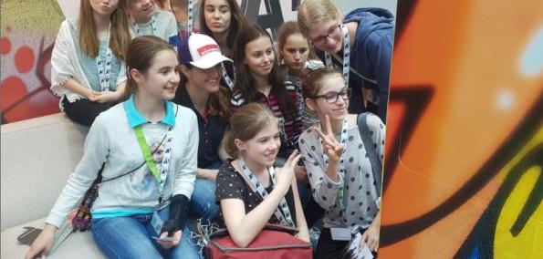 Töchtertag 2016 bei A1 Telekom Gruppenfoto mit Elisabeth Lizz Görgl mit der Selfie Box