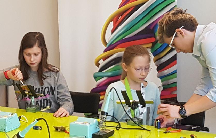 A1 Töchtertag 2016 Mädchen erkunden die Welt der Technik beim Löten