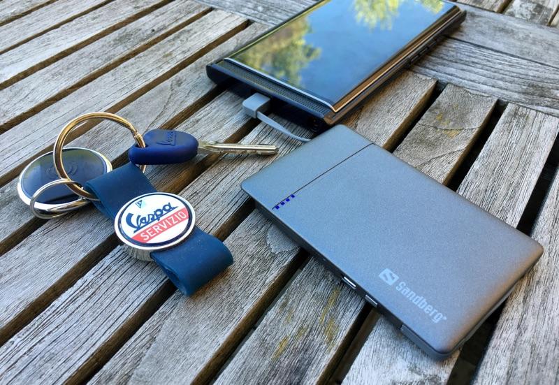 Akku & Smartphone - Foto © Helmut Hackl