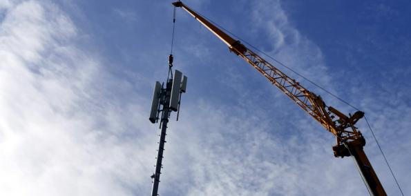 5G Ausbau Kran hebt Sender auf Station