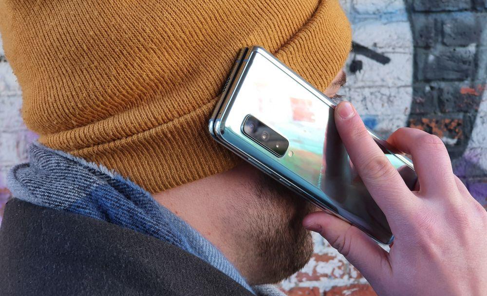 Samsung Galaxy Fold 5G beim Telefonieren