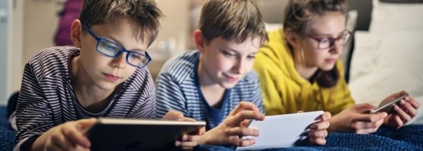 3 Kinder mit Smartphone