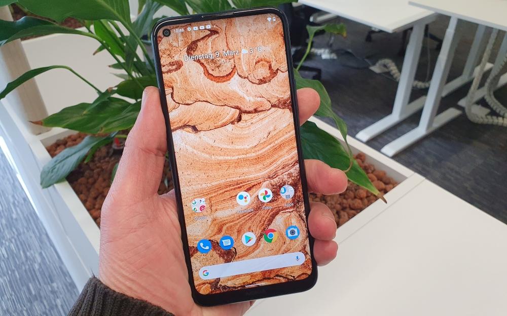Nokia 8.3 Smartphone in der Hand