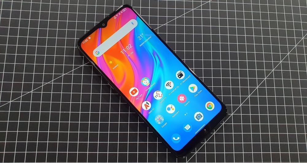 A1 Alpha 21 Smartphone auf kariertem Hintergrund