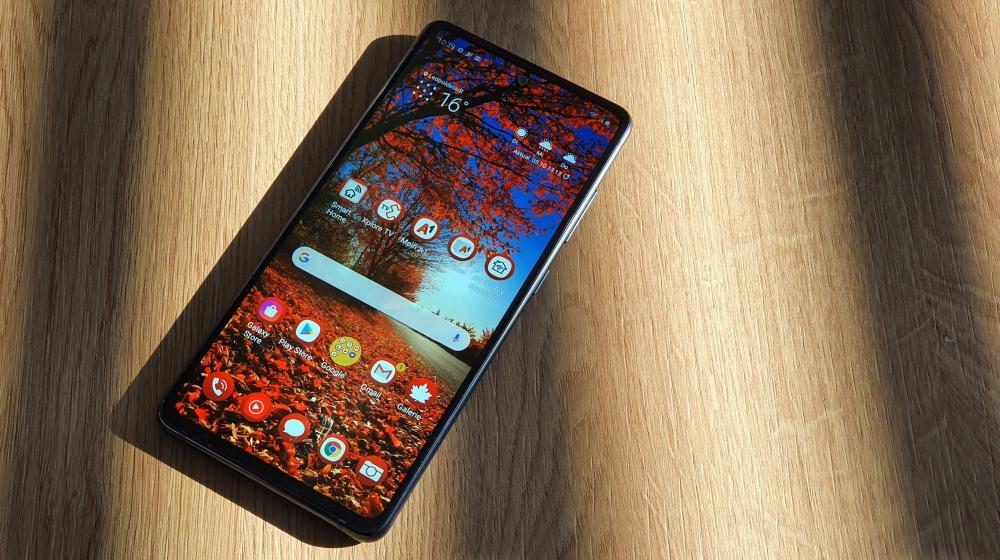 Samsung Galaxy S20 FE Smartphone liegt auf Tisch