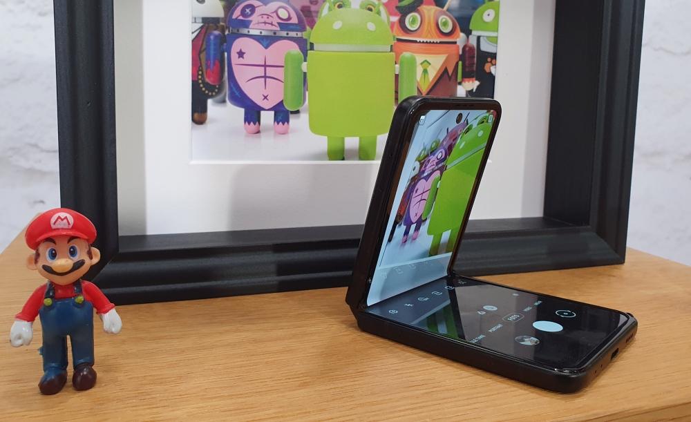 Galaxy Z Flip3 halb aufgeklappt für Fotos