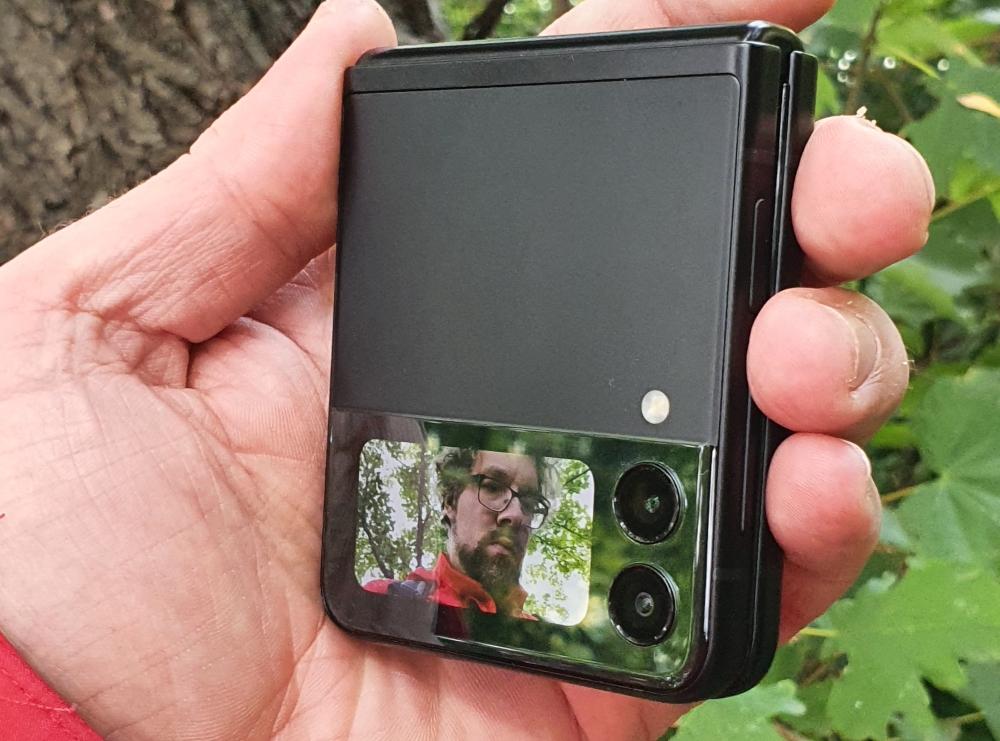 Zusammengeklapptes Galaxy Flip3 5G in der Hand