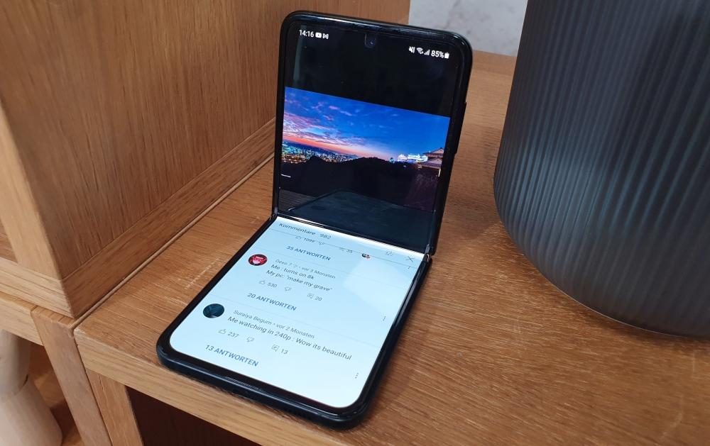 Samsung Galaxy Z Flip3 halb offen Video Wiedergabe