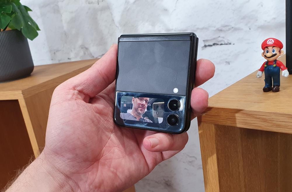 Galaxy Z Flip3 zusammengefaltet in der Hand