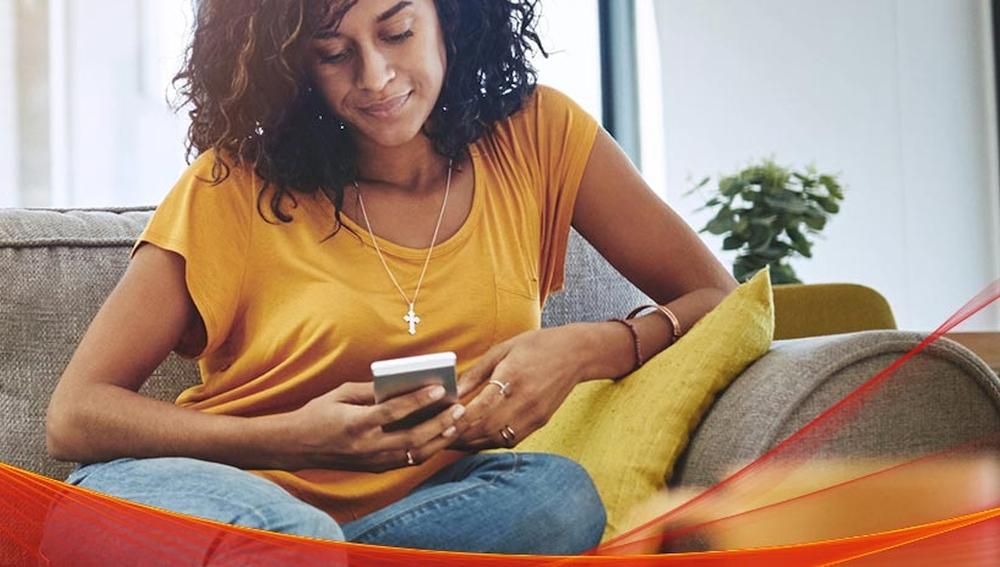Frau auf Sofa mit Smartphone